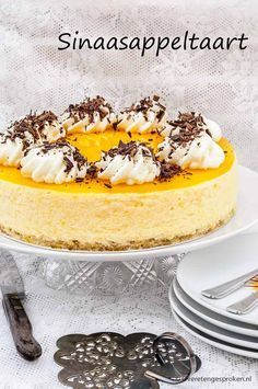 This orange cake of deliciously fresh orange Bavarois with a layer of orange jelly on a crispy shortbread base is irresistibly tasty. For extra strength there is also a cake layer soaked in Licor 43 hidden in it! Pie Dessert, Dessert Recipes, Cake Cookies, Cupcake Cakes, Short Bread, Baking Business, Chocolate Mousse Cake, Sweet Pie, Bread Cake