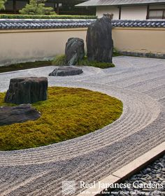 Gravel patterns in the garden of the Ryugen-in (龍原院). | Real Japanese Gardens | More on gravel patterns: http://www.japanesegardens.jp/explanations/000106.php
