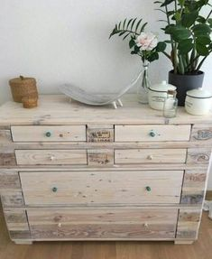 15 Beautiful Do-It-Yourself Pallet Gardens That You're Sure To Love Pallet Projects Diy Garden, Pallet Home Decor, Pallet House, Diy Pallet Furniture, Wood Furniture, Pallet Crates, Wood Pallets, Pallet Dresser, Cool Woodworking Projects