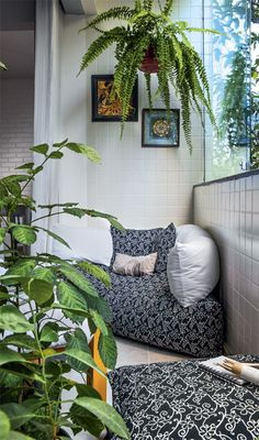 varandas pequenas e cheias de boas ideias Big cushions, pillows, and plants turn any corner into a cozy nook.Big cushions, pillows, and plants turn any corner into a cozy nook. Small Apartments, Small Spaces, Interior Exterior, Interior Design, Big Cushions, Large Pillows, Palette Deco, Apartment Balconies, Cozy Nook