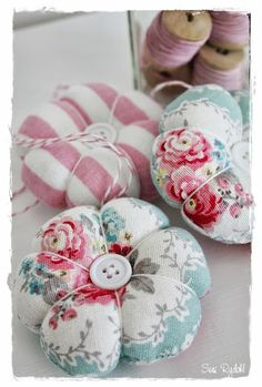 Flores de Tela                                                                                                                                                                                 Más Sewing Class, Love Sewing, Sewing Kit, Sewing Tools, Sewing Notions, Sewing For Kids, Tela Shabby Chic, Needle Book, Needle Case