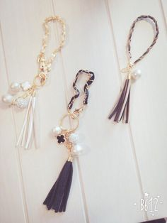 ブラックタッセルとパヴエボールのバッグチャーム Diy Jewelry, Jewelery, Jewelry Making, Diy Bag Charm, Creative Journal, Tassel Necklace, Friendship Bracelets, Tassels, Arts And Crafts
