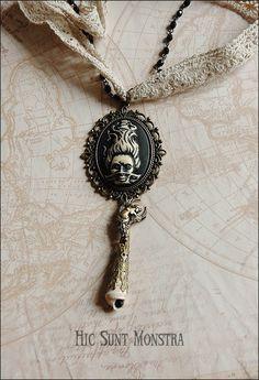 Collana Calypso, con pizzo, grani di rosario, cammeo in resina e conghiglia : Collane di hic-sunt-monstra