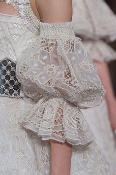Alexander McQueen Fall 2013 Ready-to-Wear Detail de la manche en dentelle Fashion Week Paris, Runway Fashion, High Fashion, Fashion Show, Womens Fashion, Fashion Fashion, Fashion Tips, Haute Couture Style, Couture Details