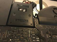 Har iMacen inte nog med plats på hårddisken eller har den helt enkelt lagt av? Har du råkat ut för att Macen blir seg som sirap och att vad du än gör så går allting i snigelfart? Macpatric löser dessa problem åt dig! Vi byter hårddisken den till snabb SSD blåser rent din iMac från allt damm! Just nu är det många som lämnar in iMac 2009, 2010 samt iMac 2011. Men vi byter även hel del på den tunnare iMac 2012 och senare. Många sparade på slantarna vid inköp och köpte den med mekanisk disk.