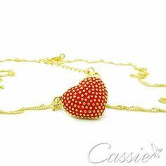Colar Cuore folheado a ouro com pingente de coração com detalhe de resina vermelha.   ▃▃▃▃▃▃▃▃▃▃▃▃▃▃▃▃▃▃▃▃▃▃▃▃ #Cassie #semijoias #acessórios #folheadoaouro #folheado #instasemijoias #instajoias #fashion #lookdodia #dourado #tendências #banhadoaouro #lindassemijoias #semijoia #semijoiasfinas #feminino #colar #colares #lindoscolares #colaresfemininos #colarfolheado
