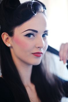 It has never been easier to create your own vintage inspired look. Check out these pictures of vintage bangs - 3 ways to unleash your inner pin up girl! 1940s Makeup, Retro Makeup, Vintage Makeup, Vintage Beauty, Vintage Glamour, Vintage Shoes, Vintage Bangs, Pelo Vintage, Retro Bangs