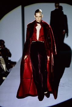 Gucci Fall 1996 Ready-to-Wear collection, runway looks, beauty, models, and revi. Fashion Sites, 90s Fashion, Couture Fashion, Runway Fashion, High Fashion, Fashion Show, Vintage Fashion, Vintage Gucci, Fall Fashion