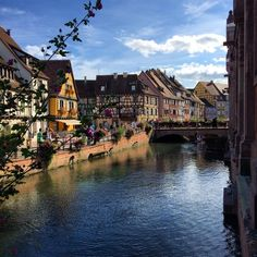Le Quai de la Poissonnerie ensoleillé - Colmar, Alsace, France (www.tourisme-colmar.com)