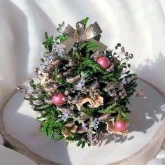 Christmas Table Settings, Christmas Centerpieces, Xmas Decorations, Handmade Christmas Decorations, Christmas Crafts For Adults, Christmas Projects, Holiday Crafts, Diy Christmas Ornaments, Rustic Christmas