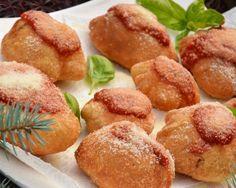 Le #Pizzette #Napoletane possono essere considerate uno sfizioso antipasto,da servire calde, ma anche fredde non perdono la loro bontà. Oltre ad essere condite con pomodoro e formaggio, le pizzelle fritte possono essere accompagnate da salumi o formaggi di vario tipo. http://www.cucinovelocechic.it/pizzette-napoletane/