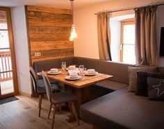 Appartementen - Mandlwand Lodge Tiny Spaces, Conference Room, Divider, Dining Table, Cottage, Furniture, Home Decor, Decoration Home, Room Decor