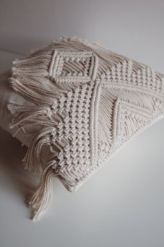 Macrame Wall Hanging Diy, Macrame Art, Macrame Design, Macrame Projects, Diy Pillow Covers, Diy Pillows, Decorative Pillows, Throw Pillows, 7 Arts