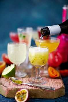 Pimped-up Prosecco. With fresh fruit juices The easiest Prosecco cocktails ever! Mix it up with your favourite fruits, juices and flavour combos (Christmas Bake Jamie Oliver) Prosecco Sparkling Wine, Prosecco Cocktails, Cocktail Drinks, Cocktail Recipes, Alcoholic Drinks, Prosecco Punch, Beverages, Beste Cocktails, Christmas Cocktails