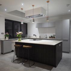 Konyhasziget megvilágítása skandináv stílusú Neordic Stig függő lámpákkal. A lámpa burája betonból készült rajta erős kontrasztot adó vörösréz szalaggal. Fotó: @1fiveone #paulmannlighting #paulmann #modernkitchenideas #modernkitchen #kitchen #kitchenlighting #lighting #lamp #kitchendesign #moderndesign #modernstyle #interiordesign #interiores #konyha #modernkonyha #modernkonyhaötletek #belsőépítészet #lakberendezés #lakásfelújítás #világítás #lámpa #paulmannneordic Kitchen Tops, Kitchen Island, Kitchen Design, Kitchens, Future, Home Decor, Island Kitchen, Future Tense, Decoration Home