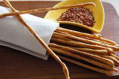 Włoskie paluszki Grissini : Składniki na włoskie paluszki grissini: 350g mąki pszennej pełnoziarnistej 200 ml wody 50 ml oliwy + oliwa do posmarowania 1 łyżeczka cukru 2 łyżeczki soli. Przepis na Włoskie paluszki Grissini Pasta Puttanesca, What You Eat, Ale, Bread, Snacks, Ethnic Recipes, Food, Thermomix, Appetizers