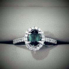 Hermoso y exclusivo anillo de compromiso en oro blanco bordeado de diamantes y una espectacular Esmeralda central de ct