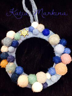 """Corona de Navidad . Reciclaje de ovillos de lana. Venta en el taller de artesanía y restauración """"A Mano"""" Ezcaray . Autor Katia Markina"""