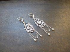 Boucles d'oreilles mariage style retro perles swarovsky avec connecteurs arabesques ajourées plaqué argent : Boucles d'oreille par les-bijoux-d-aki