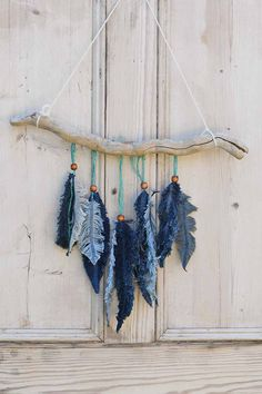 This beautiful feather wall decoration consists of simple scraps of denim. The denim . - UPCYCLING IDEAS - This beautiful feather wall decoration consists of simple scraps of denim. The denim …, - Jean Crafts, Denim Crafts, Upcycled Crafts, Feather Wall Decor, Feather Crafts, Crafts With Feathers, Fabric Wall Decor, Feather Art, Wine Bottle Crafts