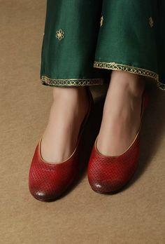 Beautiful hand created embroidered juttikhussa Ballets mehroon