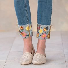 New embroidery bee jeans 45 ideas Denim And Lace, Artisanats Denim, Lace Jeans, Denim Art, Cuffed Jeans, Diy Jeans, Jeans Refashion, Painted Jeans, Painted Clothes