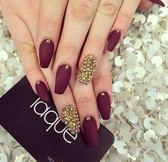 Burgandy & gold laque nail bar, burgundy nails, red and gold nails, burgundy Fabulous Nails, Gorgeous Nails, Pretty Nails, Fancy Nails, Love Nails, My Nails, Red And Gold Nails, Burgundy Nails, Burgundy Dress