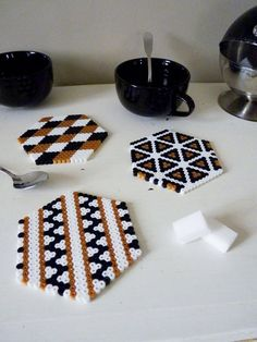 Protect and decorate your table for tea time or any other occasion using these little coasters make Hama pearl. Perler Bead Designs, Perler Bead Templates, Hama Beads Design, Pearler Bead Patterns, Hama Beads Coasters, Diy Perler Beads, Perler Bead Art, Pearler Beads, Fuse Beads