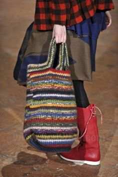 alice brans posted Daniela Gregis to their -crochet ideas and tips- postboard via the Juxtapost bookmarklet. Bag Crochet, Crochet Handbags, Crochet Purses, Love Crochet, Knitted Bags, Crochet Accessories, Handmade Bags, Bag Making, Purses And Bags