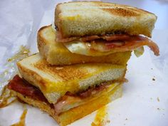 The irresistible egg and bacon sandwich Bacon And Egg Sandwich, Bacon Egg And Cheese, Egg Sandwiches, Whole Food Recipes, Cooking Recipes, Weird Food, How To Make Breakfast, Food Network Recipes, Breakfast Recipes