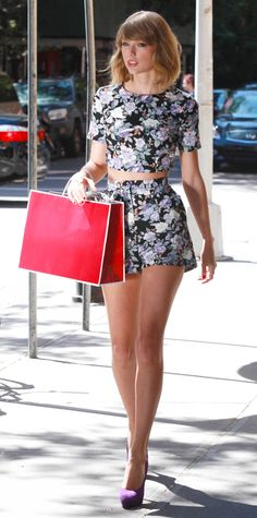 Taylor Swift gravitated toward matching coordinates (aka her go-to uniform), selecting a floral crop top and shorts by ASOS, with radiant purple Brian Atwood pumps. - Look of the Day - September 2014 - Taylor Swift in Asos from Estilo Taylor Swift, Taylor Swift Outfits, Taylor Swift Hot, Taylor Swift Style, Taylor Swift Clothes, Taylor Swift Skinny, Taylor Swift Fashion, Swift 3, Taylor Lautner
