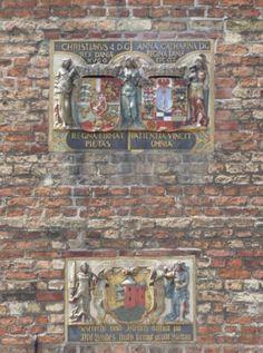 Wappen und Inschriften an der Kirche in Flensburg, Foto: S. Hopp