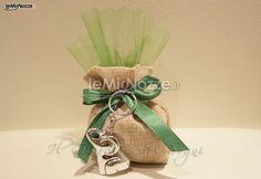 http://www.lemienozze.it/operatori-matrimonio/bomboniere/bomboniere-nozze-monza/media/foto/17  Sacchetto in yata con elefantino in argento per le bomboniere del tuo matrimonio