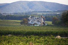 Château La Coste : un vignoble provençal empreint d'Histoire et de modernité. Déjà en activité sous l'Empire Romain, ce domaine viticole situé au dessus d'Aix-en-Provence, possède une cuverie élaborée par Jean Nouvel. Il vaut vraiment le détour...