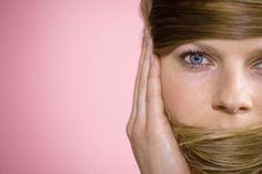 Cómo pasar del cabello castaño al rubio sin matices naranja o rojos | eHow en Español