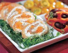Graavilohirulla Murskaa valkosipulinkynsi. Silppua basilika. Sekoita tuorejuustoon basilikasilppu, valkosipulimurska, sitruunamehu, pestokastike ja mustapippuri. Tarkista maku. Asettele lohiviipaleet noin 30 x 30 cm:n kokoiseksi levyksi tuorekelmun päälle. Levitä kalaviipaleille täyte ja kääri rullaksi kääretortun tapaan. Kietaise lohirulla muovikelmuun ja jäädytä rulla pakastimessa kohmeiseksi, jotta se on helppo leikata viipaleiksi. Koristele yrteillä ja herneenversoilla. 16-18 viipaletta