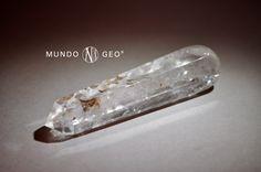 Masajeador de cuarzo blanco. El CUARZO es el más difundido de los minerales y muy rico en variedades, que se pueden agrupar en macrocristalinas, con cristales bien definidos a simple vista, y criptocristalinas, formadas por cristales microscópicos. La forma típica de los cristales de cuarzo es un prisma de sección hexagonal con los extremos piramidales. Es un componente esencial de numerosas rocas magmáticas, metamórficas y sedimentarias. Después de los feldespatos, es el mineral más…