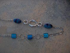 Colar corrente com pedras de vidro azul e peças de croche
