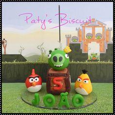 Vela decorada personalizada Angry Birds, com nome da criança e idade no bloco de TNT. <br> <br>Produto sob encomenda. Consulte prazos de produção e envio. <br>Valor unitário. <br> <br>Material: biscuit; base acrílica transparente; pavio de vela mágica estrelada. <br>Altura aproximada: 9cm + pavio.