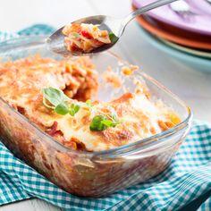 Täysjyväpastasta valmistettu välimeren pastavuoka saa makunsa grillatuista vihanneksista, tonnikalasta ja herkullisista kastikkeista. Resepti vain noin 1,55 €/annos.