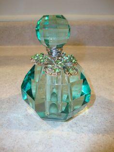 how to make perfume diy Crystal Perfume Bottles, Antique Perfume Bottles, Vintage Bottles, Glass Bottles, Perfumes Vintage, Beautiful Perfume, Bottle Art, Vases, Green