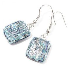 Zilveren glazen oorbellen met subtiele blauwe gloed. Glazen sieraden uit eigen atelier.