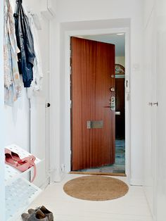 Great wood accent in the door.  Nice contrast from white high gloss.