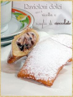 Ravioloni dolci ripieni di ricotta e scaglie di cioccolato (Italian Carnival Fritters. Sweet ravioli stuffed with ricotta and chocolate chips) #Carnival #sweets