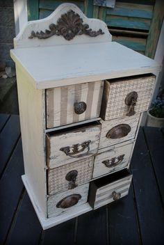 Funky Painted Furniture, Chalk Paint Furniture, Refurbished Furniture, Furniture Projects, Furniture Makeover, Diy Furniture, Meubles Peints Style Funky, Jewelry Box Makeover, Decoupage Box