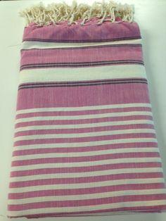 Maxi Fouta Violín 2 Tamaños: - 2m*2m   - 3m*2m Pr. lanzamiento: 2m*2m: 20€ - 3m*2m: 23€ Sólo hasta el 24 de noviembre de 2014 Felt Cushion, Bee Embroidery, Turkish Cotton Towels, Weaving Patterns, Weave, Shawl, Outdoor Blanket, Cushions, Stripes