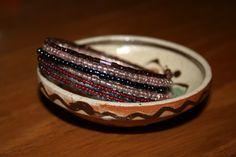 Bratara pe sarma cu memorie, cu margele colorate. Culori: maro semi-transparent, roz semi-transparent, gri/negru metalic, maro. Latime - 5,5 spire. P15