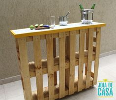 Móvel-bar de pallets | Joia de Casa Pallet Garden Furniture, Diy Outdoor Furniture, Diy Furniture, Home Hair Salons, Pallet Projects Signs, Kids Living Rooms, Pallet Bar, Man Cave Home Bar, Diy Bar
