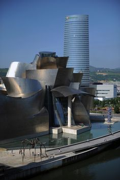 The new sky of Bilbao, Iberdrola Tower...by César Pelli (Gehry's building in the forefront)