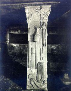 Simbolismul pomului vieţii este amplasat în vârful coloanelor existente în interiorul mormântului, împodobind capitelurile.  Pomul Vieţii este înfăţişat în cea mai veche reprezentare: V-ul Marii Zeiţe şi bucraniul-uter. La începutul mileniului I î.e.n., grupul format din cele două simboluri era deja considerat POMUL VIEŢII în Orientul Apropiat. Mai, Greek, Statue, Artwork, Painting, Work Of Art, Auguste Rodin Artwork, Painting Art, Artworks